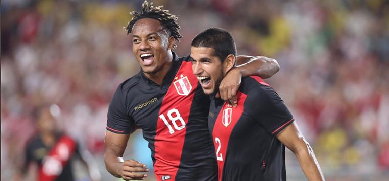 Jogadores do Peru comemoram o gol da vitória sobre a seleção brasileira.