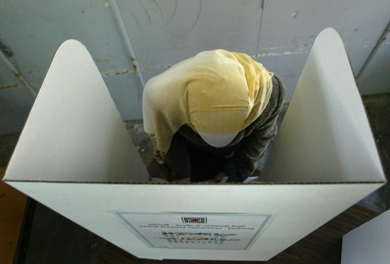 Eleitora palestina vota em Ramallah, na Cisjordânia em 25 de janeiro de 2006.