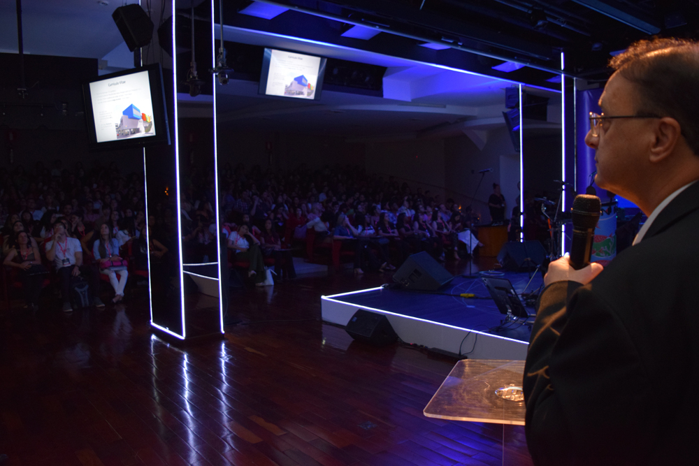 O reitor da Dom Helder cumprimenta os presentes durante o II Congresso do Conhecimento