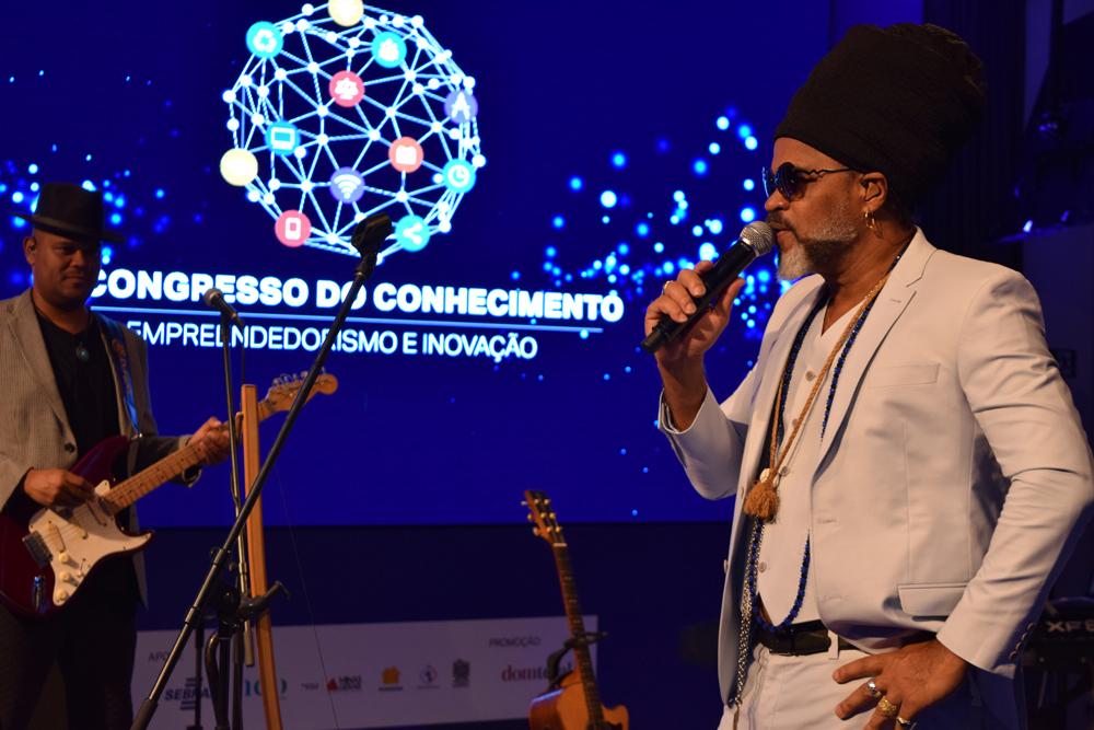 Carlinhos Brown encantou o público com uma palestra-show
