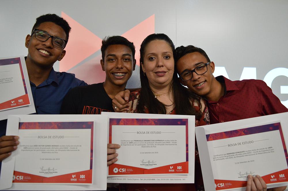 Luiz Felipe, Matheus, Francielle e João Victor, alunos e professora que participaram da Olimpíada Internacional de Matemática.