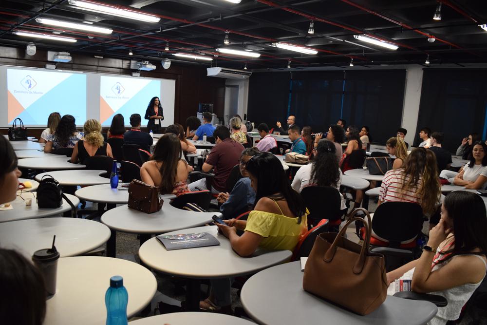Lorena Gonçalves apresentou:''Seja sua melhor versão: a programação neurolinguística como ferramenta para a alta performance no mundo 4.0'