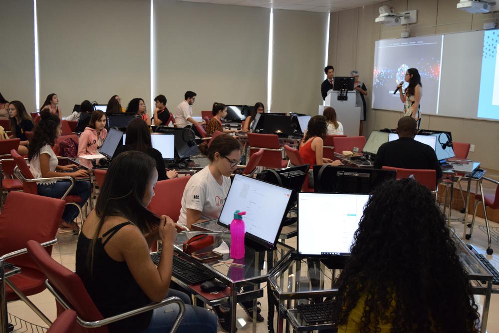 Izabela Araújo, juntamente com a professora Maria Aparecida apresentaram Fanfics: prática de leitura e produção de texto digital