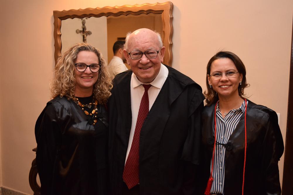 A pró-reitora administrativa Cácia Stumpf ao lado de João Roque Rohr e a pró-reitora de ensino Anacélia Santos Rocha