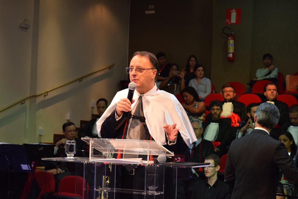 O reitor da Dom Helder, Paulo Stumpf, faz homenagem à João Roque Rohr