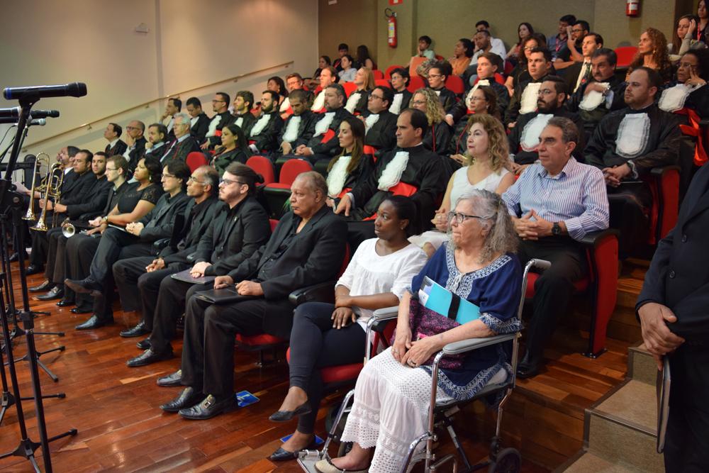 Professores e membros da mantenedora durante a cerimônia do título Doutor Honoris Causa