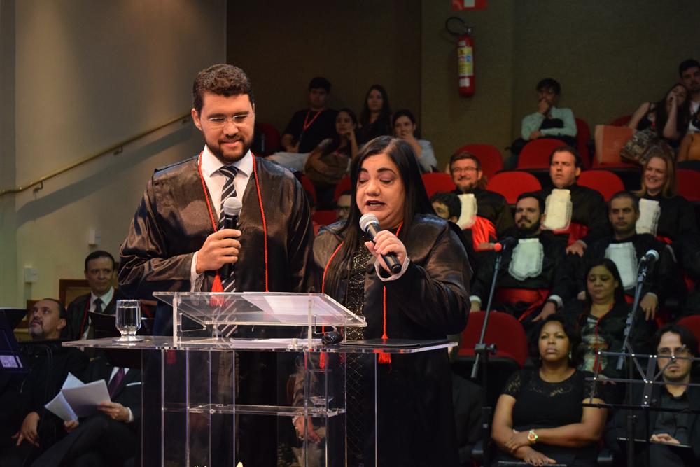 O reitor da EMGE, Franclim Brito, ao lado da representante da mantenedora, Valdênia Carvalho falam sobre João Roque Rohr