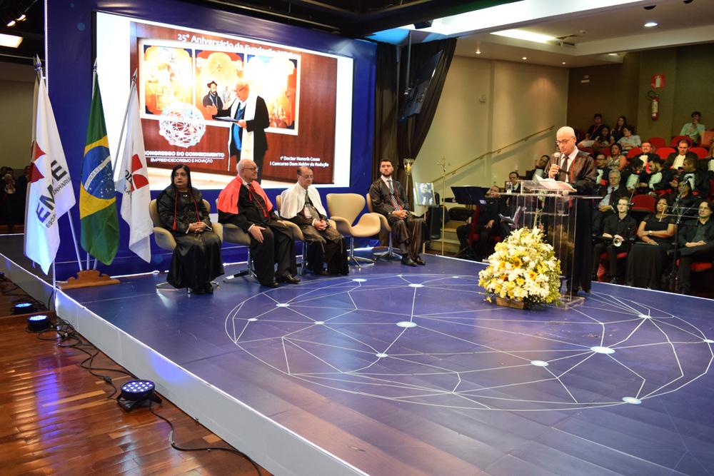 O vice-reitor da Dom Helder, Estevão Freitas também presta homenagem a João Roque Rohr