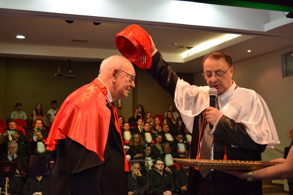 O reitor da Dom Helder, Paulo Stumpf, confere ao jesuíta João Roque Rohr o título de Doutor Honoris Causa