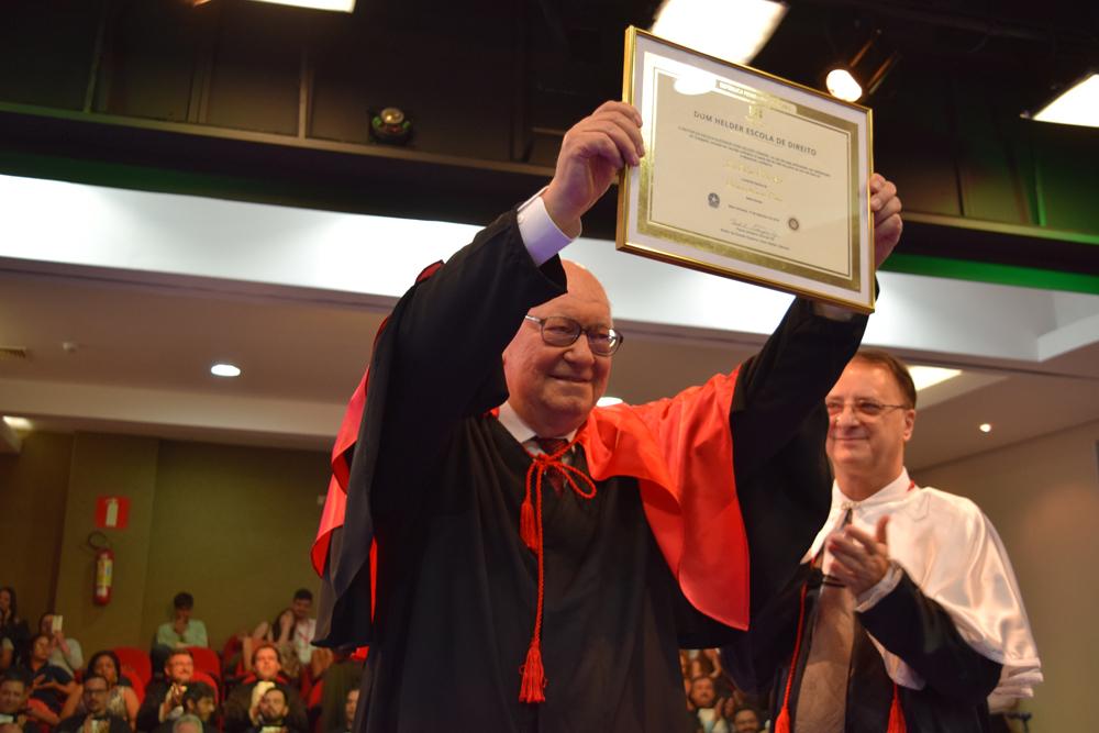 João Roque Rohr exibe, com orgulho, o título de Doutor Honoris Causa