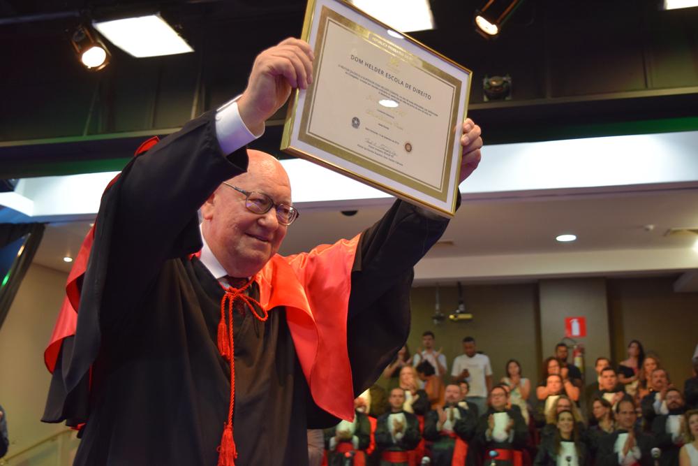 João Roque Rohr exibe, com orgulho, o título recebido de Doutor Honoris Causa.