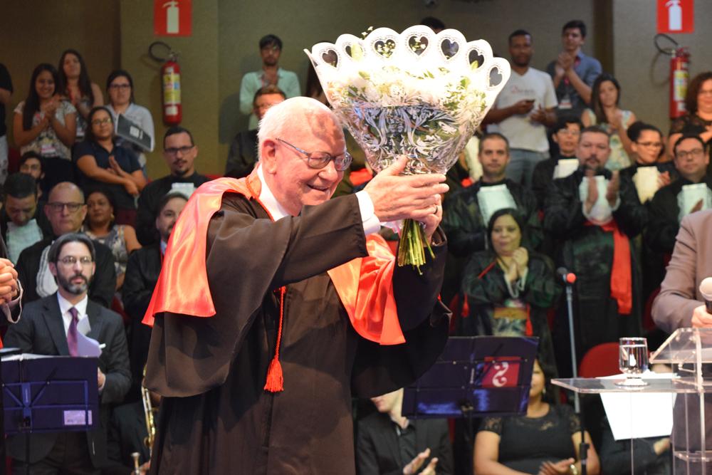 João Roque Rohr recebe flores em agradecimento