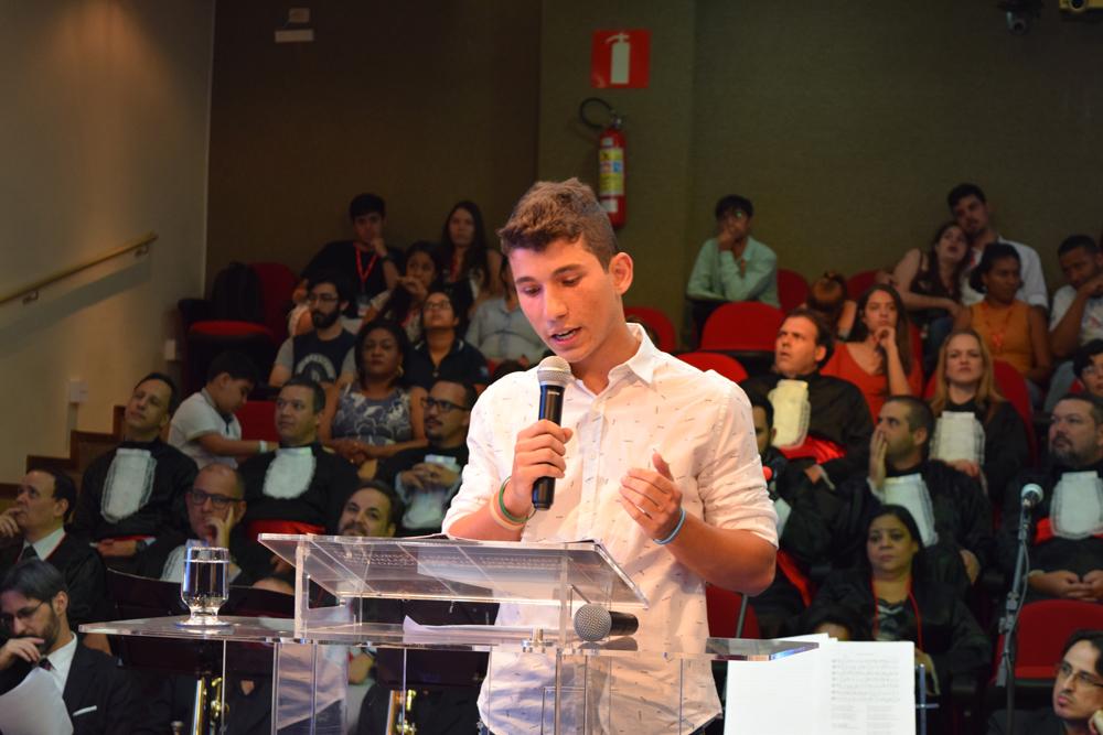 O aluno Pedro Carvalho apresentou sua redação ao público do auditório