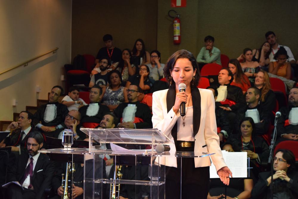 A aluna Lilie Vieira apresentou sua redação ao público