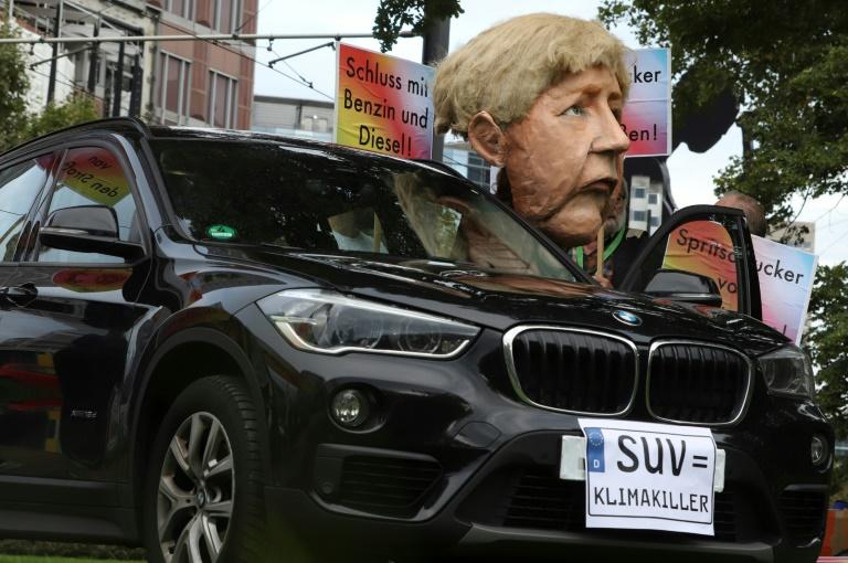 Ambientalistas se manifestam contra a indústria do automóvel em frente à entrada do Salão de Frankfurt, em 12 de setembro de 2019