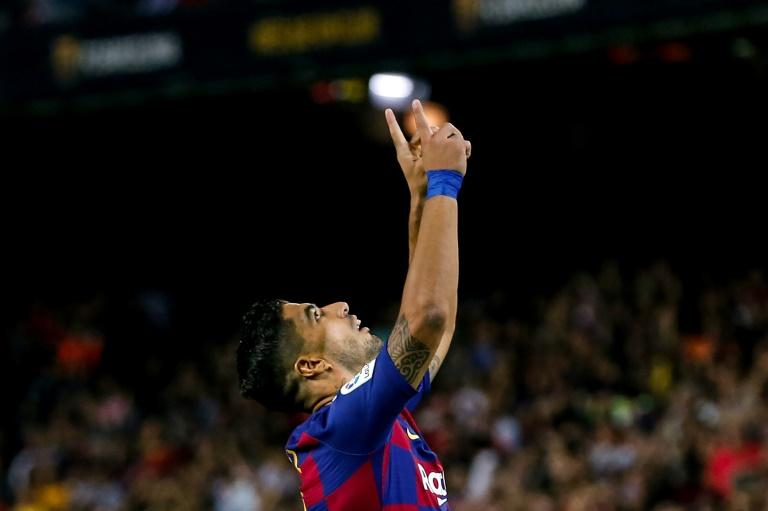 Luis Suárez comemora um gol na vitória do Barcelona sobre o Valencia no Camp Nou.