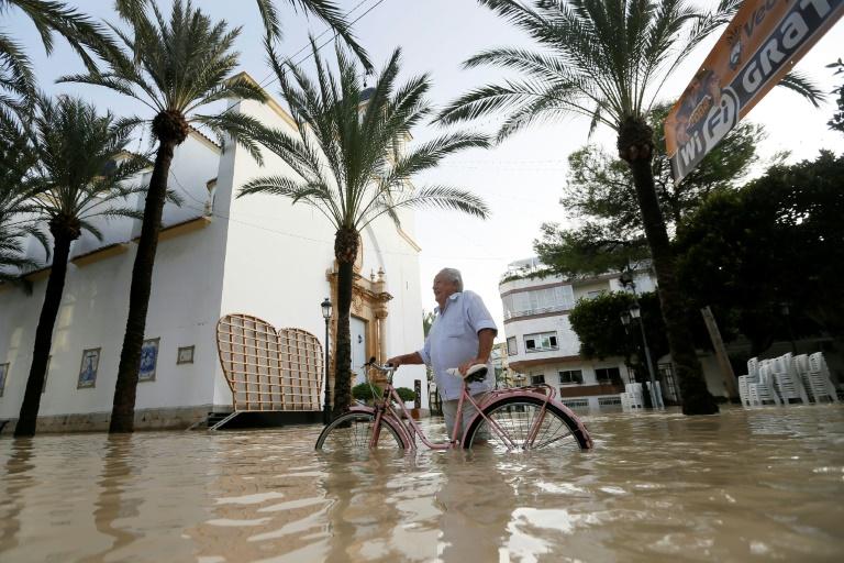 Ruas inundadas em Dolores, Alicante, leste da Espanha.