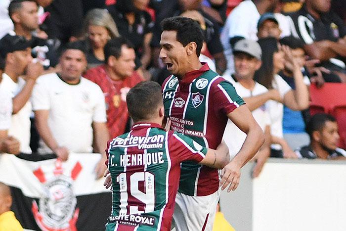 O meia Paulo Henrique Ganso arriscou de fora da área e o goleiro Cássio tentou encaixar a bola, mas acabou tomando um frango.