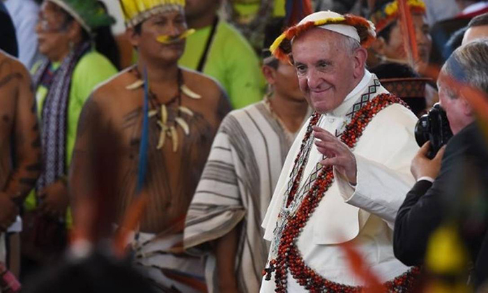 Papa usa trajes indígenas em Puerto Maldonado, no Peru: defesa dos povos originários.