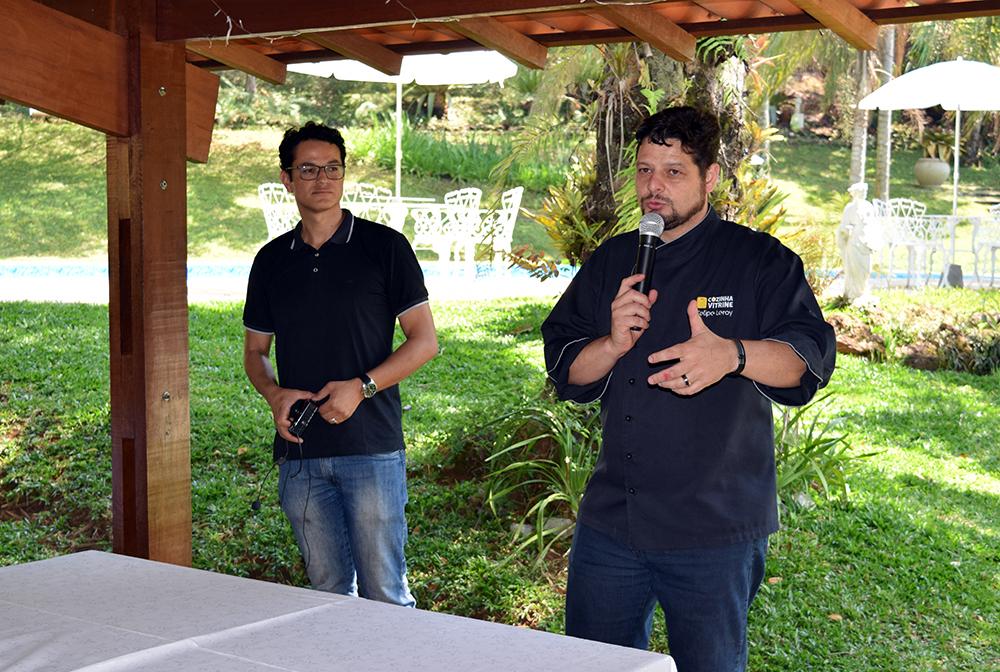 O chefe Felipe Leroy e o arquiteto Frabrício Microni passam orientações aos participantes.