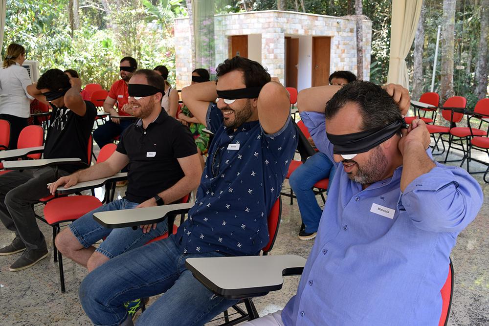 Participantes são convidados a vendar os olhos.
