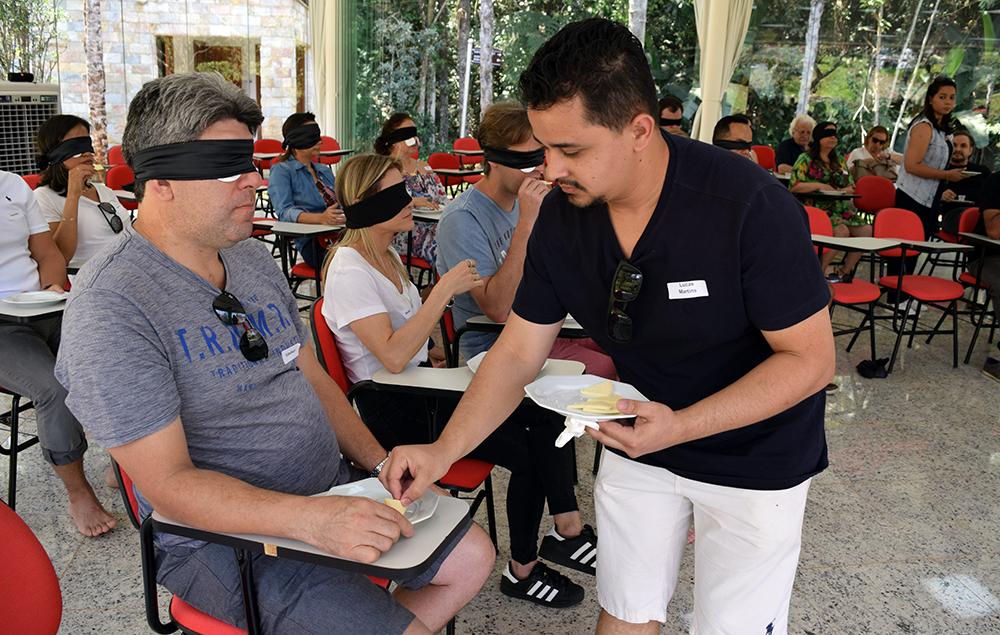 Lucas Martins, do NEP, auxilia o chefe Felipe Leroy na degustação às cegas.