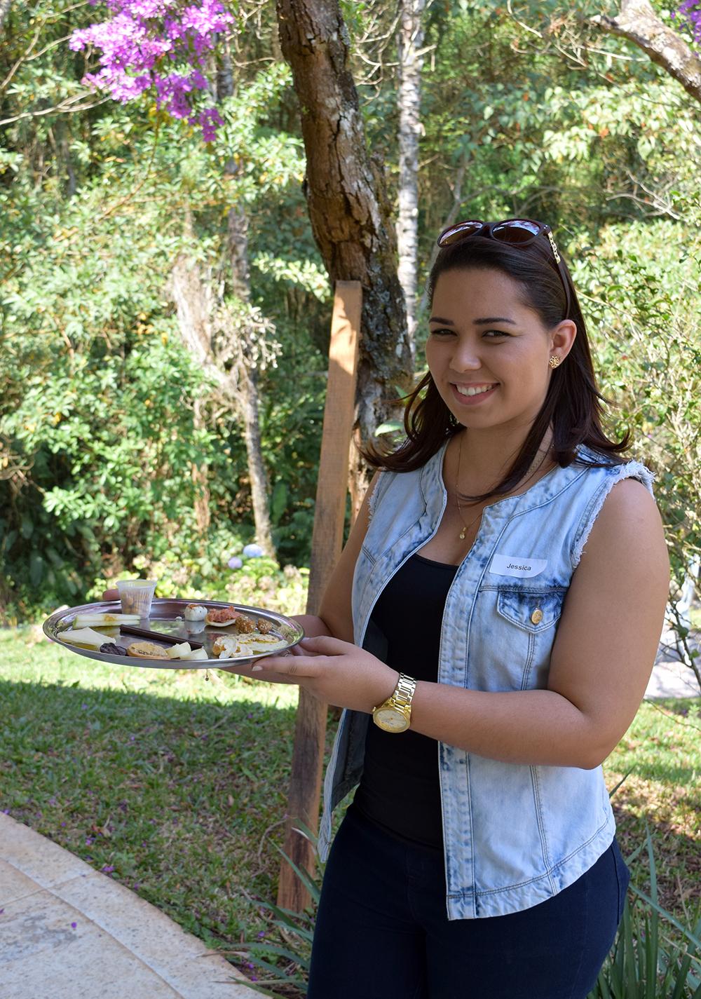 Jéssica Marques, do NEP, auxilia o chefe Felipe Leroy na degustação às cegas.