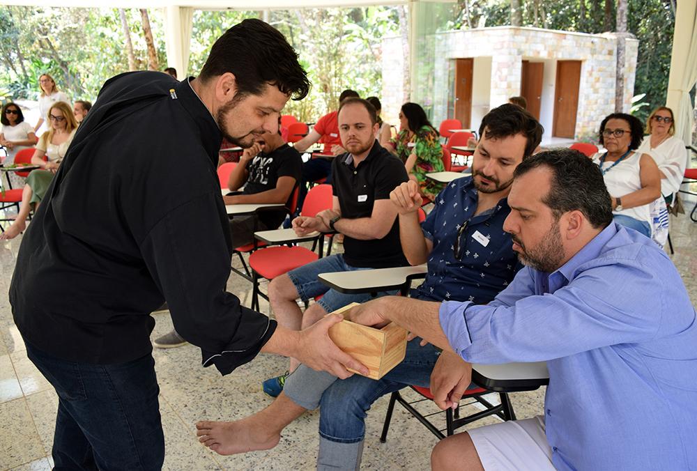Participantes sorteiam frases sobre empreendedorismo e inovação.