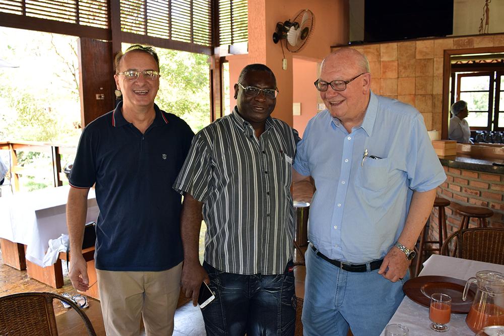Paulo Stumpf, reitor da Dom Helder, Sebastien Kiwonghi, pró-reitor de pós-graduação, e o padre jesuíta João Roque Rohr.