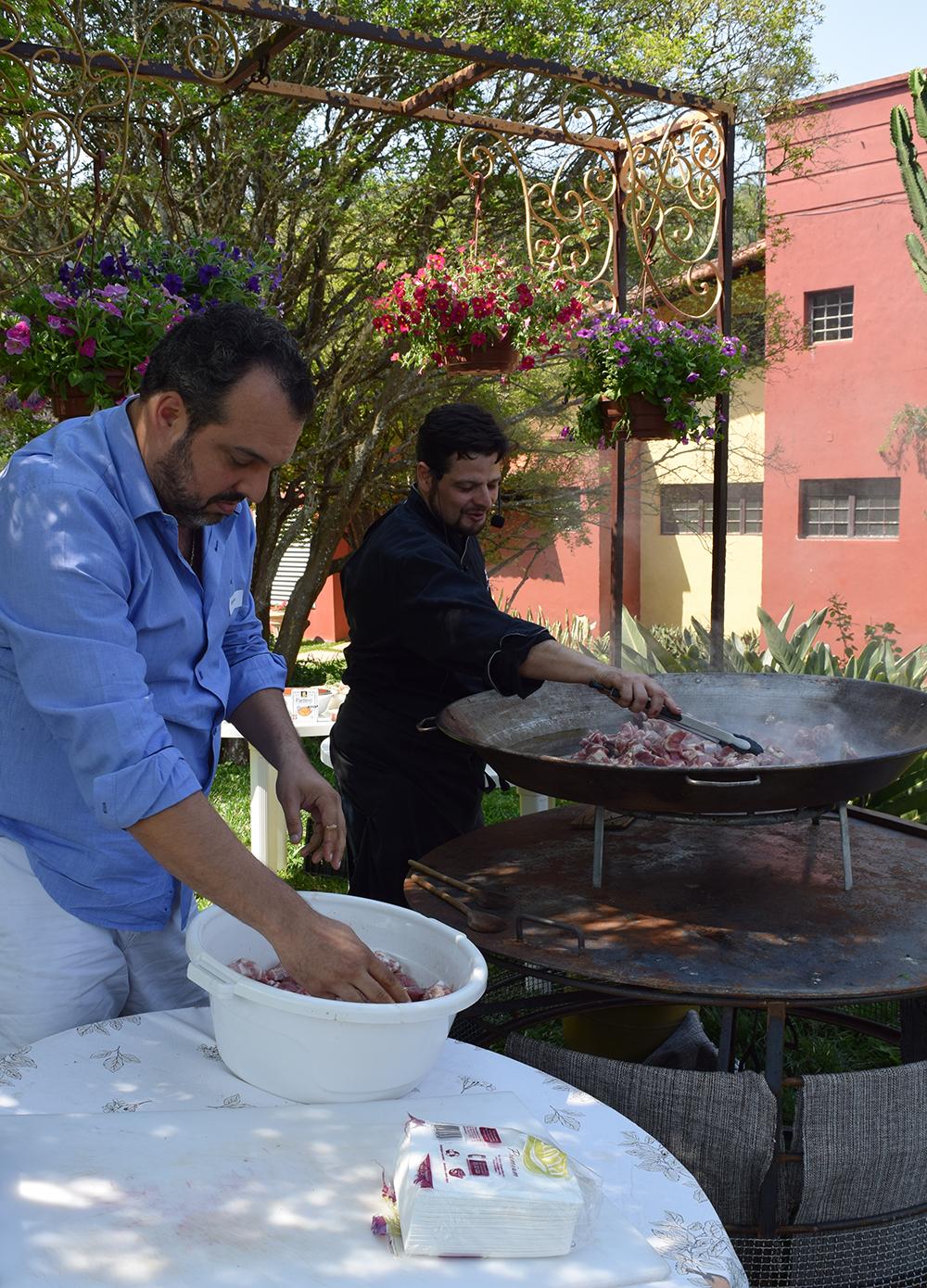 O grupo foi convidado a participar do preparo do almoço – uma paella mineira.