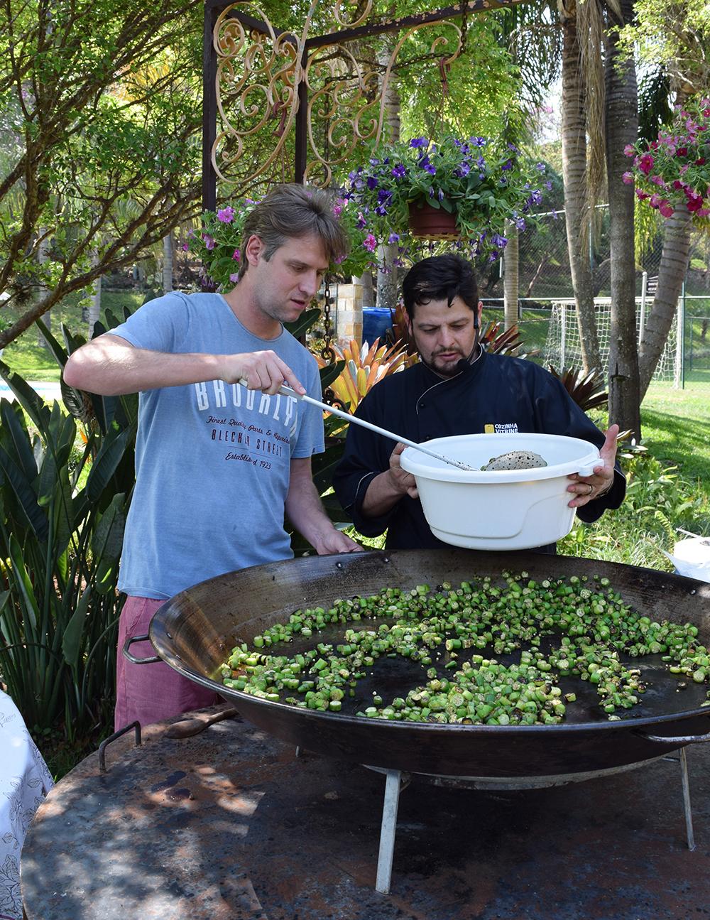 Professor Renato Campos, da Dom Helder, participa do preparo do almoço.