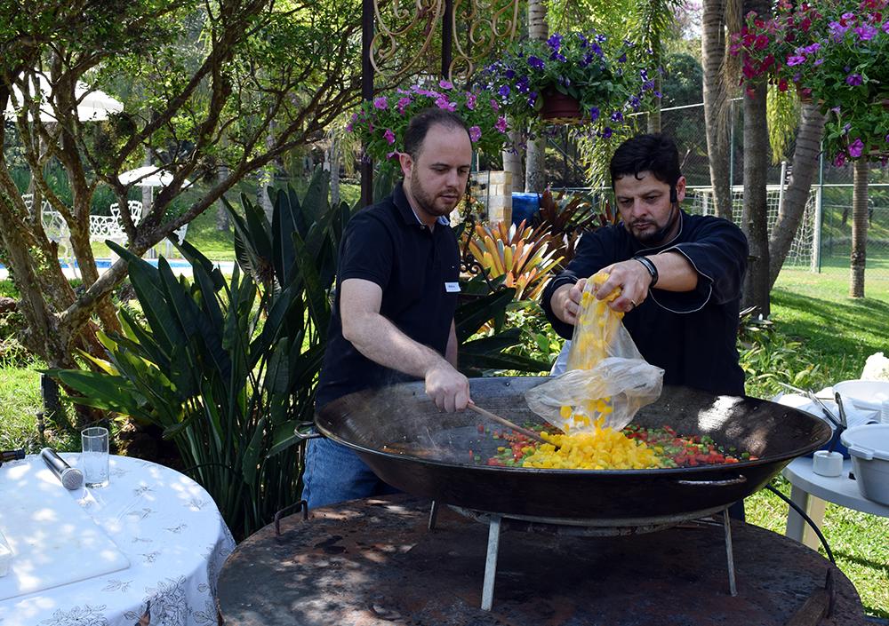Professor Mateus Bernardes, da EMGE, participa do preparo do almoço.