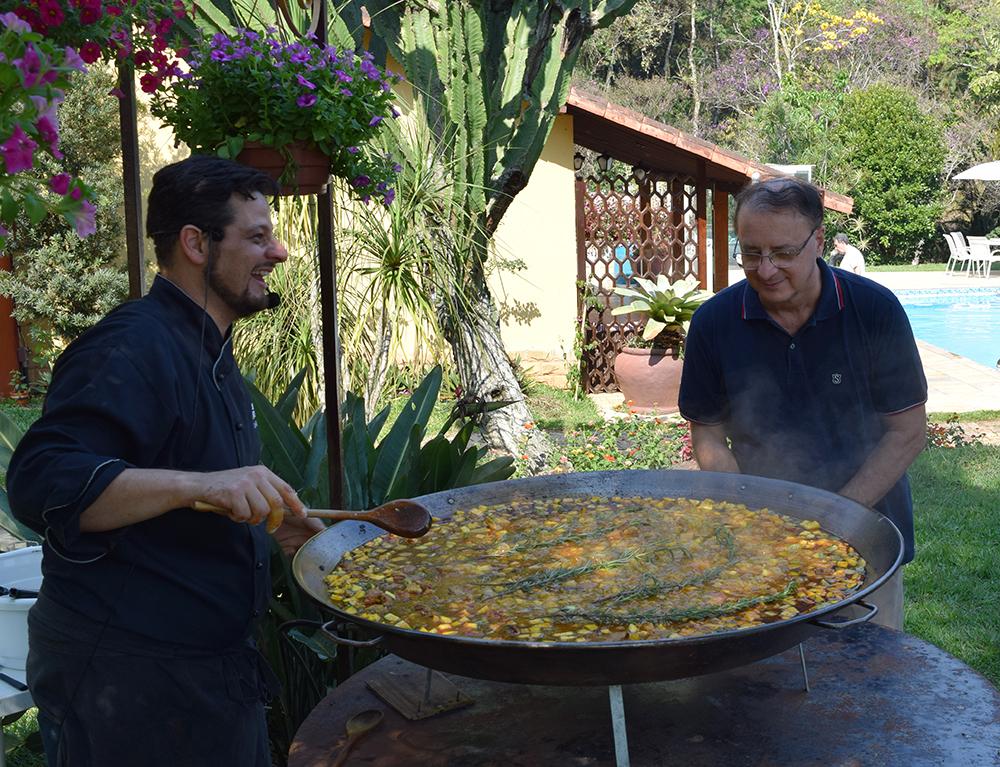 Professor Paulo Stumpf, reitor da Dom Helder, acompanha o preparo do almoço.