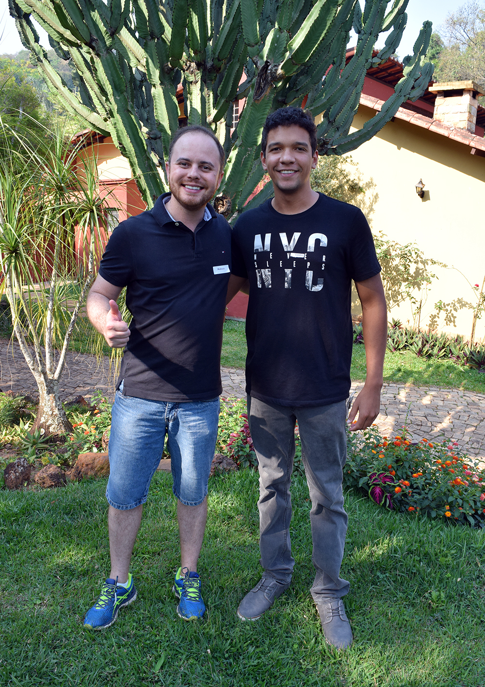 Professor Mateus Bernardes e Lindon John, aluno da EMGE.
