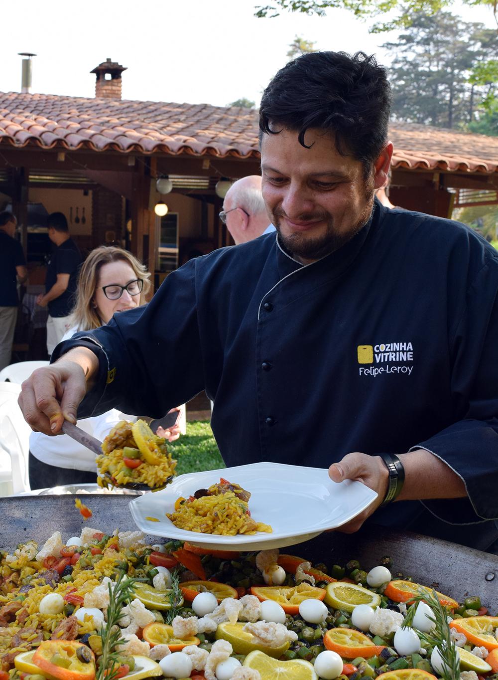 Paella mineira é servida aos participantes.