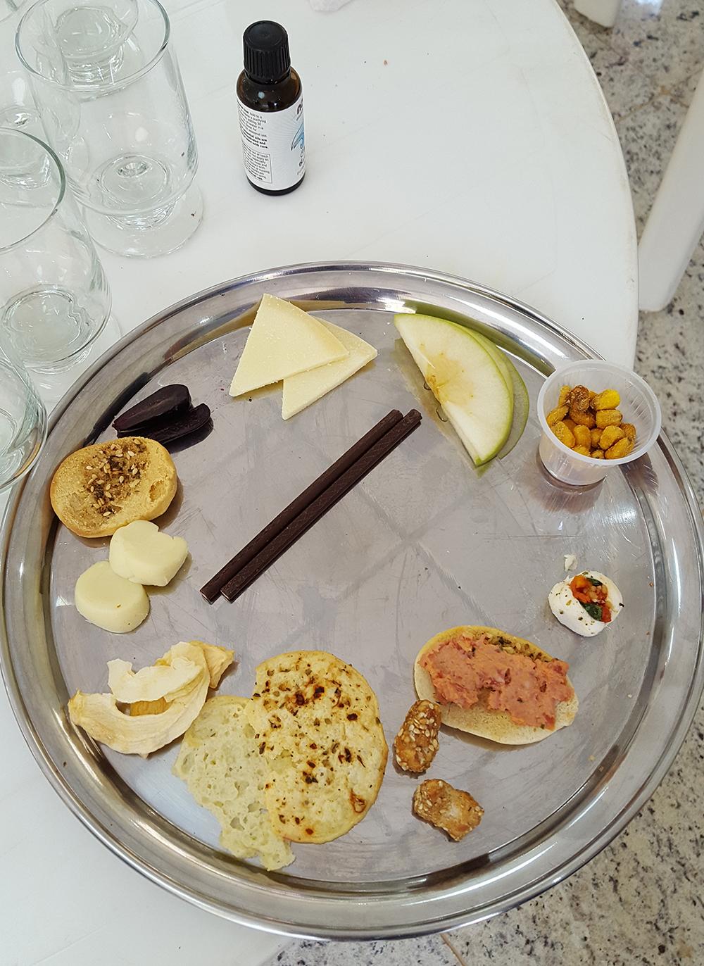 Alimentos servidos na degustação às cegas, juntamente com a essência usada para despertar o olfato.