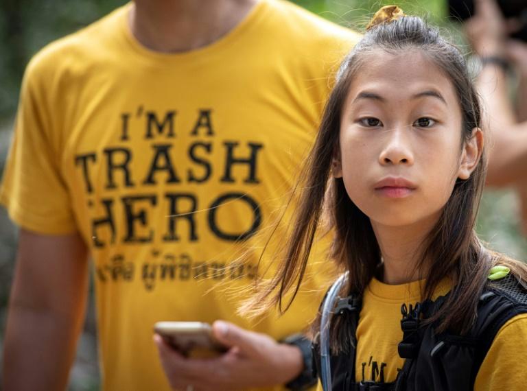 Lilly, de 12 anos, em um mutirão de limpeza na Tailândia, em agosto de 2019.