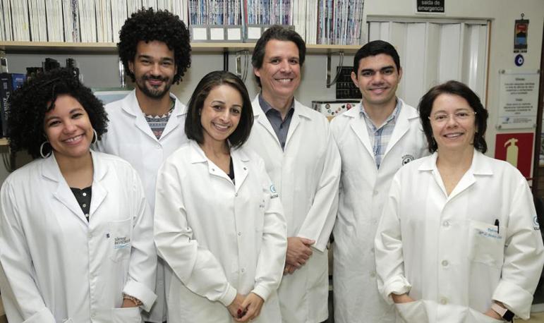 Da direita para esquerda: Maria de Fátima Leite, Antônio Melo (doutorando), Cristiano Lima (cirurgião hepático), Paula Vidigal (patologista), Marcone Santos (mestrando) e Andressa França (doutoranda)