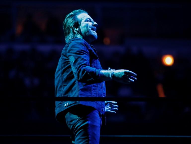 Bono, vocalista da banda de rock irlandesa U2, em concerto da turnê 'Experience + Innocence' em Chicago, EUA.