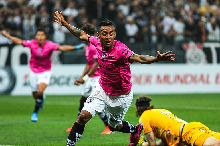 Gabriel Torres comemora um dos seus gols contra o Corinthians em Itaquera.
