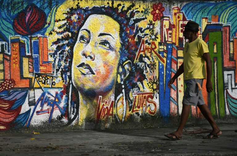 Grafite representando a vereadora brasileira Marielle Franco, perto do local onde ela foi assassinada no Rio de Janeiro.