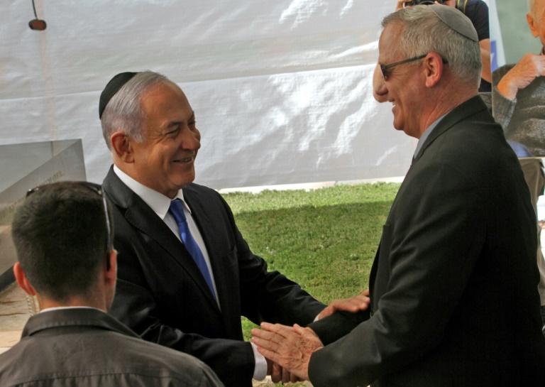 O primeiro-ministro de Israel, Benjamin Netanyahu (E), cumprimenta seu principal rival, o ex-general Benn Gantz.