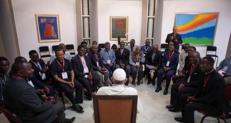 Papa Francisco encontra missionários jesuítas no dia 5 de setembro, durante sua viagem à África. (Vatican Media)