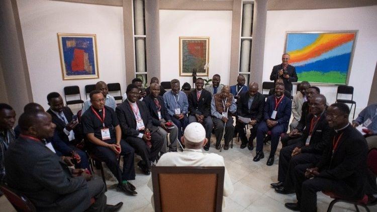 Papa Francisco encontra missionários jesuítas no dia 5 de setembro, durante sua viagem à África.