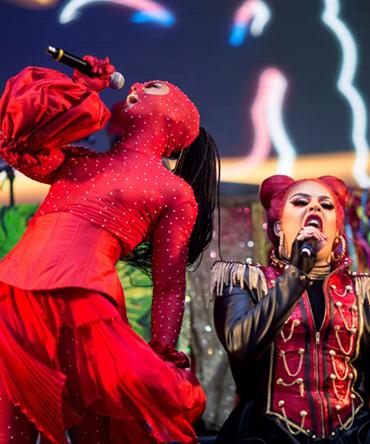 A rapper transgênero Linn da Quebrada (E) e a cantora e drag queen Gloria Groove se apresentam no Rock in Rio no Rio de Janeiro, 27 de setembro de 2019 (AFP)