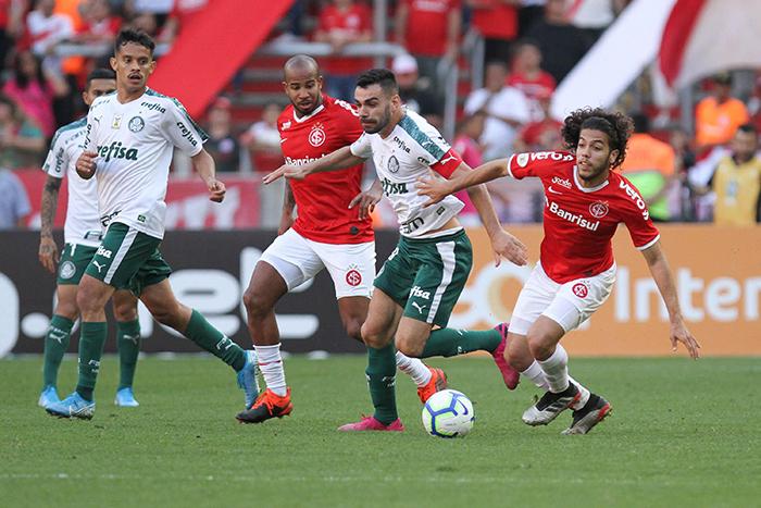 Com um gol anulado pelo VAR, o time dirigido por Mano Menezes empatou por 1 a 1 contra o Internacional.