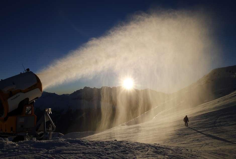 Neve artificial é lançada em resort na Suíça 28/11/2016.