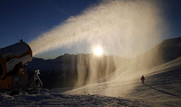 Neve artificial é lançada em resort na Suíça 28/11/2016. (Denis Balibouse/Reuters)