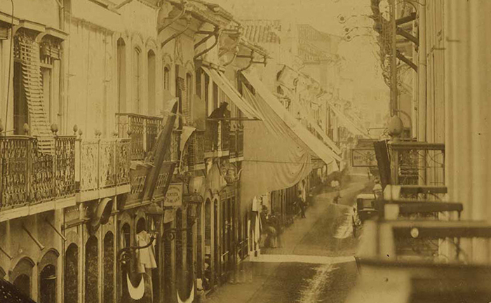 Fotografia do século 19 mostra lojas e residências da Rua d Ouvidor, no centro do Rio de Janeiro.