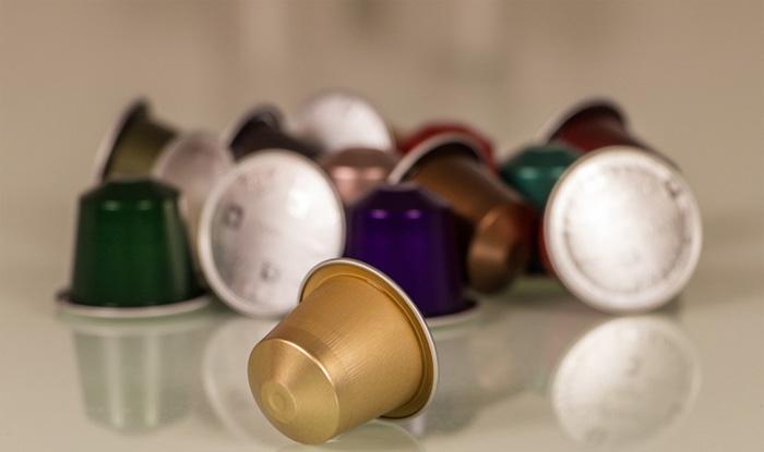 Para minimizar o impacto ambiental das cápsulas de café, empresas utilizam o argumento de que elas são feitas com plásticos ou alumínio.